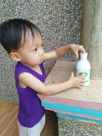 bé bắp bên sản phẩm sữa tắm Elemis