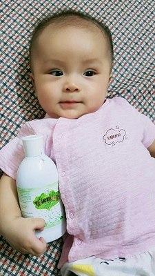 Chị Hồng được các bác sĩ khuyên tắm Elemis cho bé Miu từ ngay sau sinh