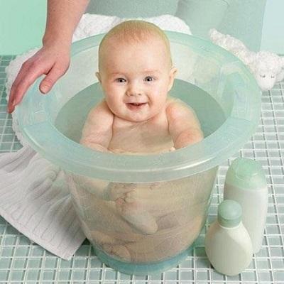 Ngâm mông trẻ trong nước ấm giúp cải thiện tình trạng táo bón ở trẻ sơ sinh