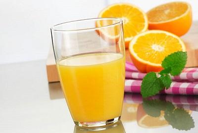 Nước cam bổ sung vitamin và chất xơ giúp giảm thiểu táo bón ở trẻ rõ rệt