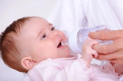 Bổ sung nước đầy đủ cho trẻ.