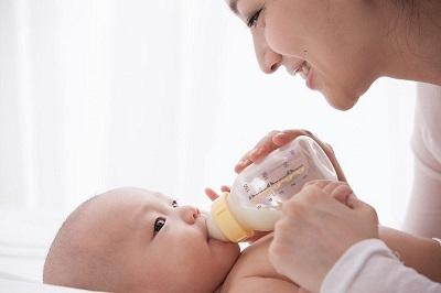 Chỉ nên pha sữa một lượng vừa đủ cho mỗi lần ăn của trẻ.