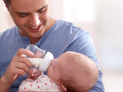 Những ông bố cũng có thể hoàn thành xuất sắc nhiệm vụ nếu biết cách cho trẻ bú đúng tư thế.