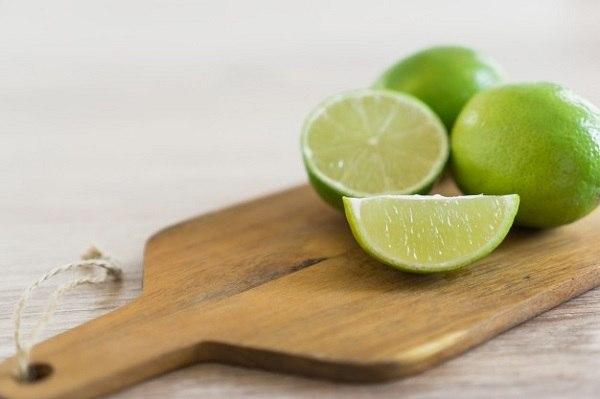 Nước cốt chanh giúp giảm những vết rạn da hiệu quả.