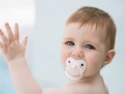 Sử dụng ti giả có thể giúp trẻ ít quấy khóc và hạn chế thói quen mút tay ở trẻ