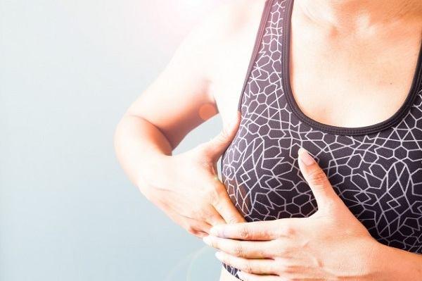 Căng tức sữa sẽ khiến cho bầu ngực của mẹ bị đau.