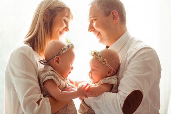 Mẹ sinh đôi phải dừng việc cho bé bú ngay.
