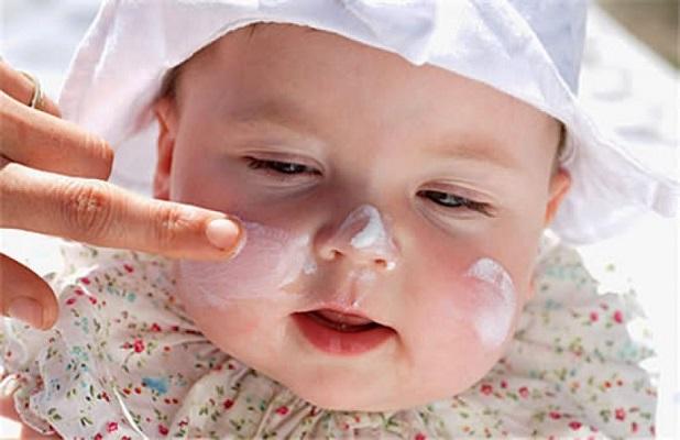 Lựa chọn các loại kem dưỡng có nguồn gốc 100% thiên nhiên an toàn cho da bé.