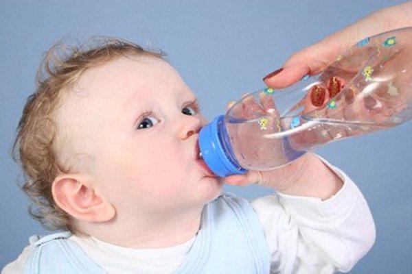 Bổ sung nước sau khi trẻ nôn trớ.