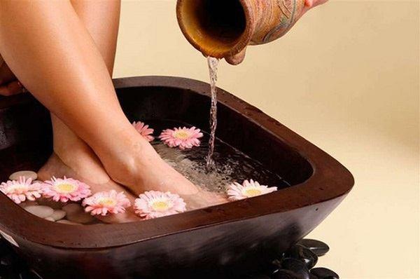 Ngâm chân bằng nước ấm giúp mẹ tránh tránh được hiện tượng rét run, lạnh cóng người.