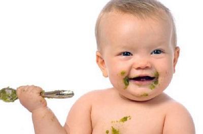 Mẹ nên tập cho con ăn dặm để bổ sung đủ chất dinh dưỡng cần cho sự phát triển của bé
