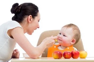 mẹ cho trẻ tập ăn dặm món mới