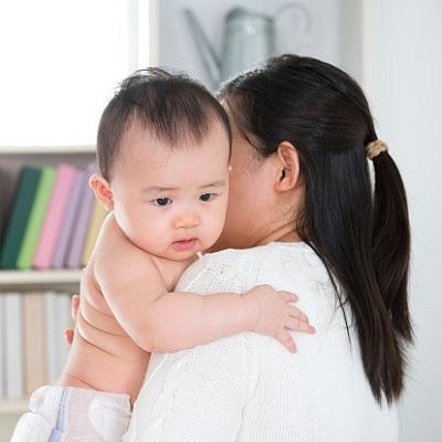 Vỗ nhẹ và dứt khoát vào lưng trẻ sẽ khiến cơn nấc mau chóng tan biến.