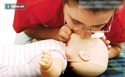 Nhanh chóng hút vào miệng và mũi của bé để lấy sữa ra ngoài khỏi hô hấp