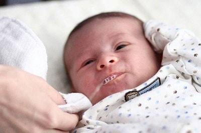 Những nguyên nhân khiến trẻ bị sặc sữa