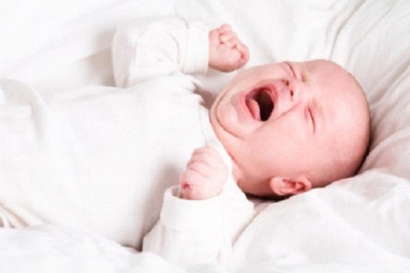 Trẻ sơ sinh vặn mình, gồng người khi ngủ có đáng lo