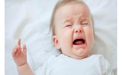 Tưa lưỡi ở trẻ sơ sinh khiến trẻ khó chịu, quấy khóc